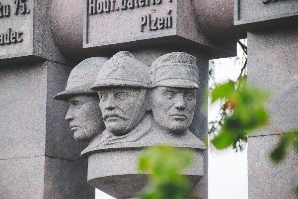 pamätník pri badíne - detail