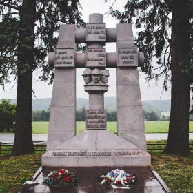 pamätník pri badíne pri ceste